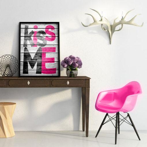 plakat z różowym napisem