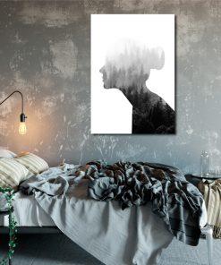 kobieta na plakacie i las