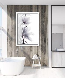 plakat z magnolią w łazience