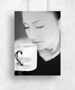 Plakat kobieta z kubkiem