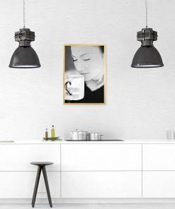 Czarno-biały plakat z motywem kobiety