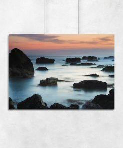Plakat ze skałami na brzegu morza