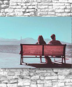 Plakat z motywem pary na ławce