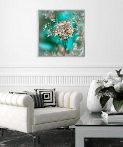 plakat z białymi kwiatami