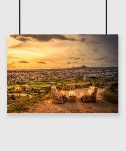 plakat ze stolikiem na wzgórzu