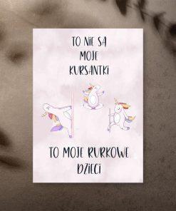 Plakat do studia pole dance z tańczącymi jednorożcami