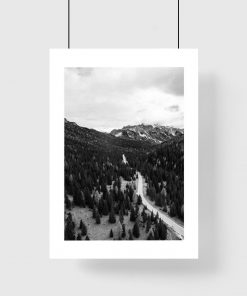 Plakat z drzewami i górami do salonu