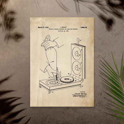 Plakat w beżu do cukierni z patentem na maszynkę do robienia pączków