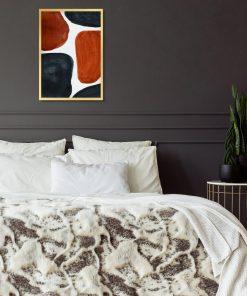 Plakat z granatwo-brązową abstrakcją do sypialni