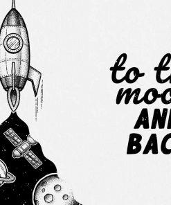 Dwa plakaty z maksymą w języku angielskim: to the moon and back